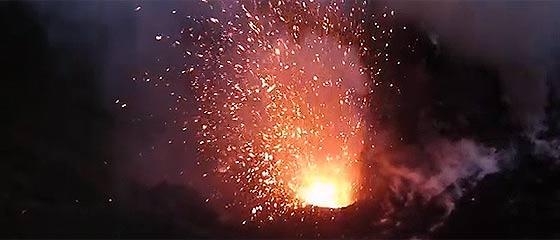 【動画】無人だからこそできる、今まさに噴火している火山の火口上空での空中撮影映像『 Dji Phantom flies into Volcano 』