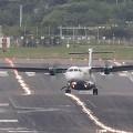 【動画】吹きすさぶ暴風の中、風にもまれてしっちゃかめっちゃかになりながら離陸・着陸する飛行機の映像『 Crosswind difficulties 』