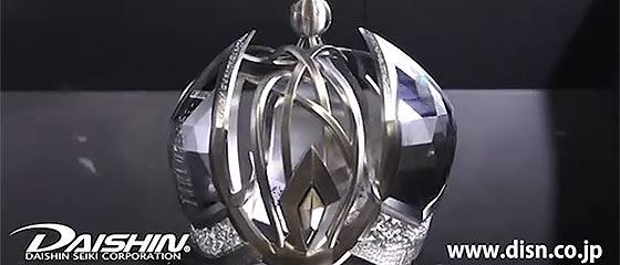 【動画】驚きの「ダイシンブランド」。精密機械加工のスペシャリスト大槇精機による、チタンの塊から優美な王冠を5軸加工機で削り出すデモ動画が凄い