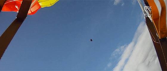 【動画】スカイダイビング中にカメラが捉えた、危うくスカイダイバーにヒットする所だった隕石の映像『 Skydiver almost struck by meteorite 』
