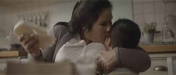 【CM】母の日にお母さんへ3Dプリンターを活かして特別な贈り物をする父と子が愛らしい、Nestleの心がホンワカ暖かくなるCM動画『 FELIZ DÍA MAMÁ 』