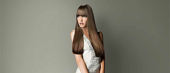一見、何の変哲もない美人なモデルさん写真なのに、ある事に気付くと「あぁ~」と納得してしまう、L'Orealのヘアケア商品のポスター広告
