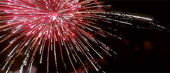 【動画】乱れ飛ぶ花火の中をクアッドコプター『 DJI Phantom2 』で潜り抜けながら撮影した映像『 NIKS 2014 Fireworks in Tokushima 』が凄い!