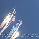 【動画】大空を舞う飛行機から飛び散る沢山の花火が美しい! マクロス の 板野サーカス のシーンを彷彿とさせる、航空ショーでの花火映像