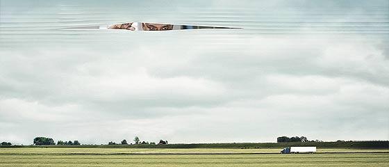 世界中どこからでも貨物やあなたを見つけ出せる事を端的に訴求した、衛星通信を使ったトラッキングシステム『 Beegle® Tracker 』のクリエイティブなポスター広告