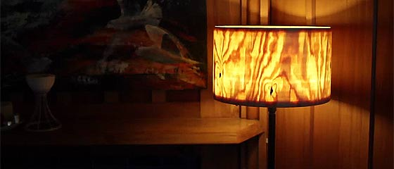 【動画】生きる旋盤?!1本の大きな丸太から Sören Berger 氏が削り出す、薄皮一枚の厚さまで削り落とされたランプシェードが美しい!