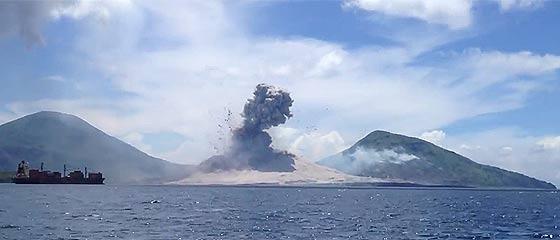【動画】自然の力ってスゴイ!勢いよく広がっていく衝撃波の後に大気を震わす音が遅れて届く様がよく分かる、パプアニューギニア Tavurvur火山の爆発の映像