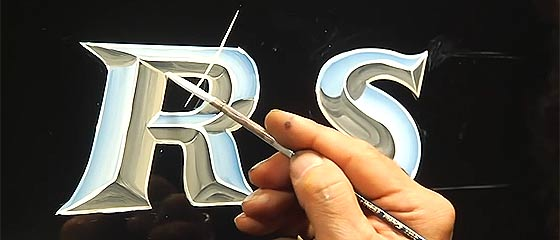【動画】クロームメッキ調の文字をハンドレタリングで描き上げるオジサンの妙技が凄い!