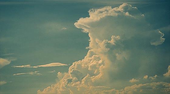 様々な形に変化する雲を切り取った、心洗われるタイムラプス映像『 above 』2