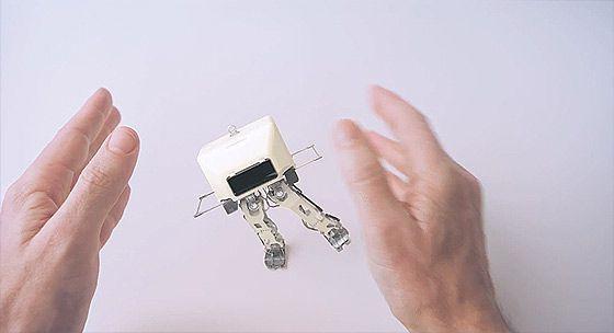 1つのナットが掌の上で次々に姿を変えていくHONDAのCM 『Hands』5