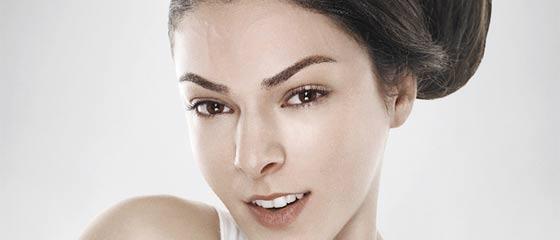 アンチエイジングやたるんだお肌を上げるリフトアップを上手く表現した、L'Orealのクリエイティブな広告『Revitalift Upside Down』