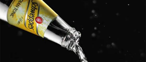 【動画】ほとばしる液体の躍動感が凄まじいSchweppesのジントニックとジンジャーエールのCM