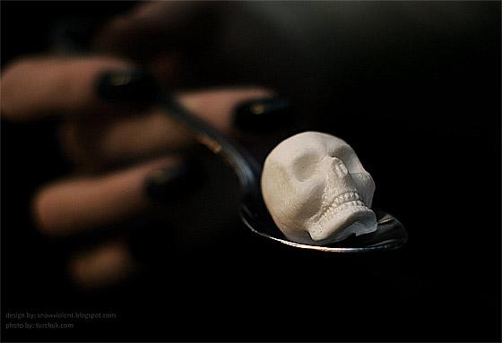 暗い液体に浮かぶ髑髏と骨の形をした角砂糖のコンセプトモデル アップ