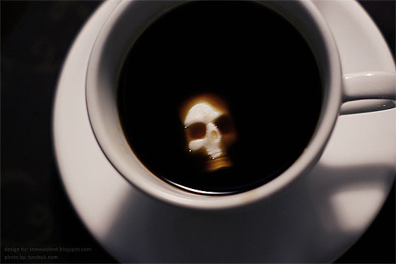 暗い液体に浮かぶ髑髏と骨の形をした角砂糖のコンセプトモデル 見つめられて