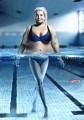 水中で細く見えるレンズ効果を活かした、クリエイティブなフィットネスジムのポスター広告1