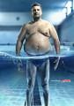 水中で細く見えるレンズ効果を活かした、クリエイティブなフィットネスジムのポスター広告2
