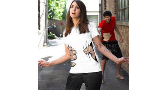 これであなたも『進撃の巨人』の登場人物に?! 巨人に掴まれた所を再現できるTシャツが販売中1