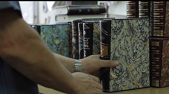 1冊1冊をしっかりと手作りで仕上げていく、製本スタジオの工程を収めた空気感の素晴らしい映像『 Birth of a book 』6