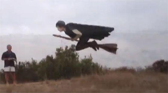 先日話題になっていた空飛ぶ魔法使いのGIF動画のタネ明かし4