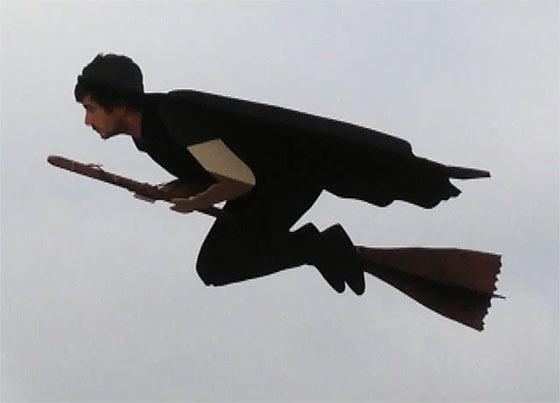 先日話題になっていた空飛ぶ魔法使いのGIF動画のタネ明かし5