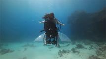 車椅子に乗ったまま海中を軽やかに飛行する幻想的な映像作品『 Freewheeling - Creating the Spectacle! 』1