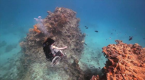 車椅子に乗ったまま海中を軽やかに飛行する幻想的な映像作品『 Freewheeling - Creating the Spectacle! 』3