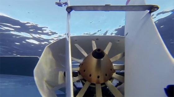 ビデオカメラ『GoPro』の、深い海の底でクジラの姿を捉えるキャンペーン動画1