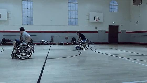 激しくぶつかり合う車椅子バスケットボールを通じて、漢の熱い友情を謳うギネス・ビールのCM動画1