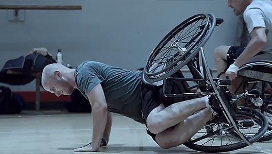 激しくぶつかり合う車椅子バスケットボールを通じて、漢の熱い友情を謳うギネス・ビールのCM動画3