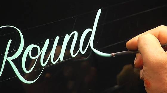 フリーハンドで美しい文字を描いていく、ハンドレタリングの凄まじいテクニックを収めたデモンストレーション映像2