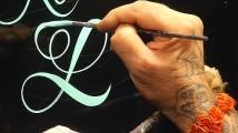 フリーハンドで美しい文字を描いていく、ハンドレタリングの凄まじいテクニックを収めたデモンストレーション映像3