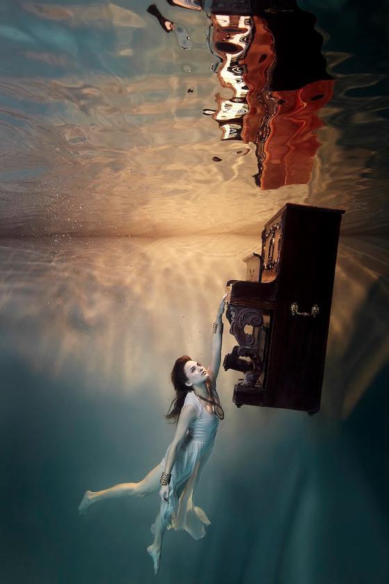 スタイル抜群の美女が家具やピアノと共に水面下に潜って撮影した、とても優雅な水中写真『 Flood 』1