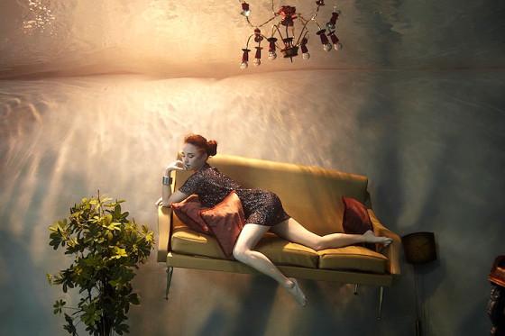 スタイル抜群の美女が家具やピアノと共に水面下に潜って撮影した、とても優雅な水中写真『 Flood 』3