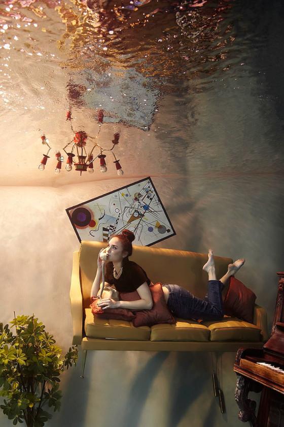 スタイル抜群の美女が家具やピアノと共に水面下に潜って撮影した、とても優雅な水中写真『 Flood 』4