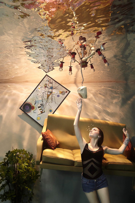 スタイル抜群の美女が家具やピアノと共に水面下に潜って撮影した、とても優雅な水中写真『 Flood 』5