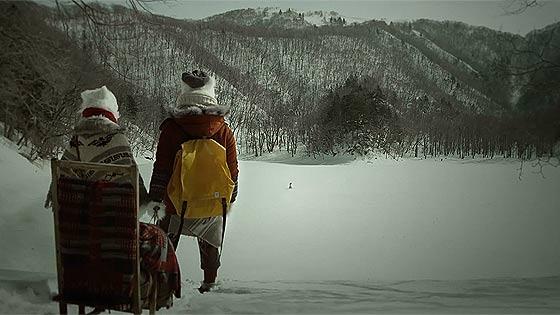 ハートの形をしたハート・レイク(豊似湖)を舞台に、白くまと雪だるまが出演するCM動画『白い恋人 HEART LAKE 初冬篇』1