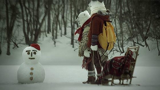 ハートの形をしたハート・レイク(豊似湖)を舞台に、白くまと雪だるまが出演するCM動画『白い恋人 HEART LAKE 初冬篇』2