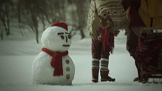 ハートの形をしたハート・レイク(豊似湖)を舞台に、白くまと雪だるまが出演するCM動画『白い恋人 HEART LAKE 初冬篇』3