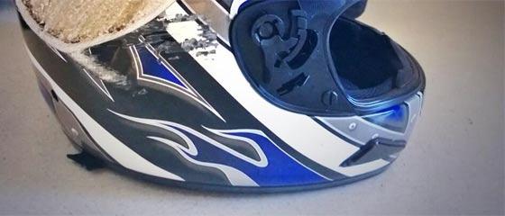 これは怖い…時速100キロ以上のバイクで事故った時の、ヘルメットの姿