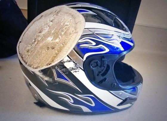 これは怖い...時速100キロ以上のバイクで事故った時の、ヘルメットの姿