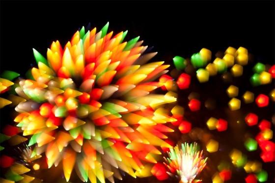 長時間露光とリフォーカスという技法で撮影した花火の画像が美しい3