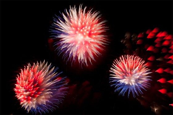 長時間露光とリフォーカスという技法で撮影した花火の画像が美しい6