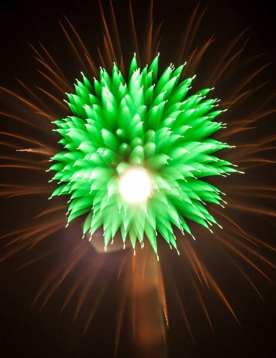 長時間露光とリフォーカスという技法で撮影した花火の画像が美しい7