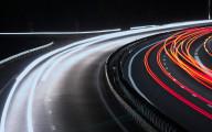 車のライトの軌跡が美しい、長時間露光で撮影した様々な大きさの壁紙素材『 16 Stunning Long Exposure Wallpapers 』-night-driving