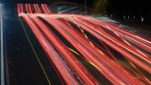 車のライトの軌跡が美しい、長時間露光で撮影した様々な大きさの壁紙素材『 16 Stunning Long Exposure Wallpapers 』-red-long-exposure