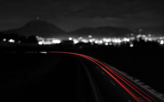 車のライトの軌跡が美しい、長時間露光で撮影した様々な大きさの壁紙素材『 16 Stunning Long Exposure Wallpapers 』-velocity