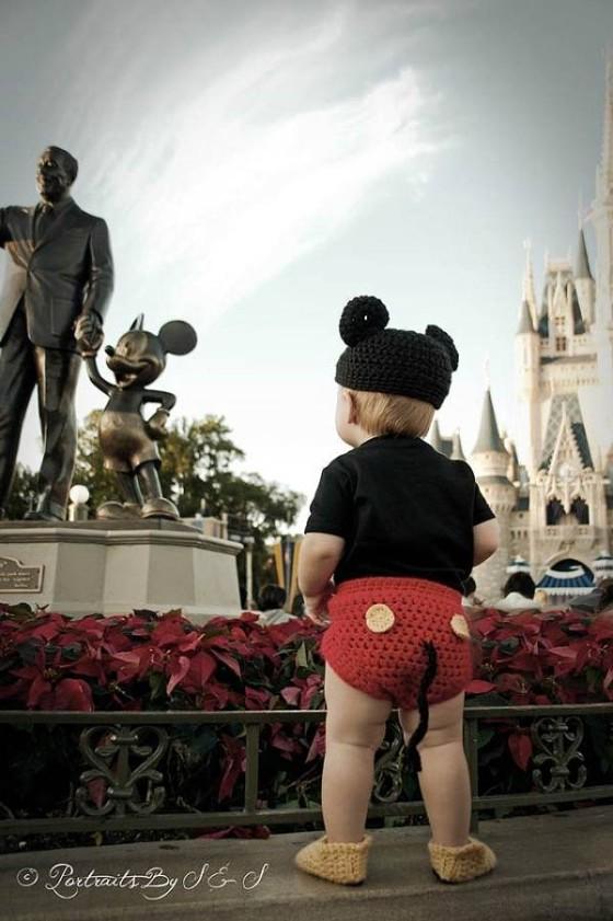 これはとっても可愛い!赤ん坊にミッキーマウスやミニーマウスのコスプレをさせてみた!2