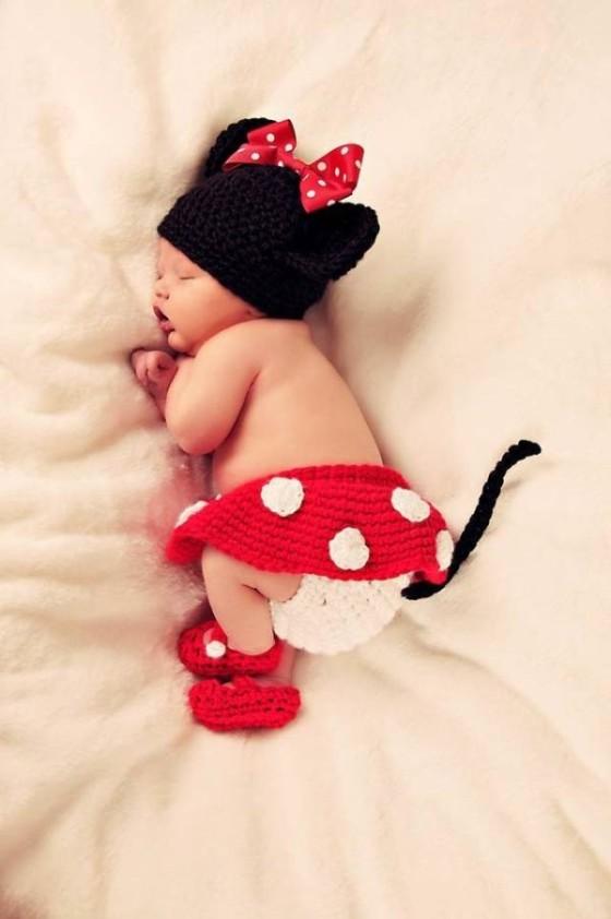 これはとっても可愛い!赤ん坊にミッキーマウスやミニーマウスのコスプレをさせてみた!3
