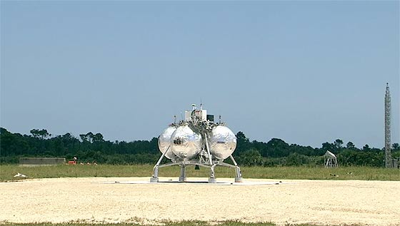 NASAが開発中の月面着陸船『 Morpheus 』が、約1分間の空中浮遊テストに成功した際の映像(と過去の失敗映像)1