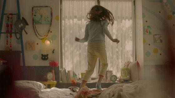飛び跳ねる少女がとても可愛らしいOREOのCM4